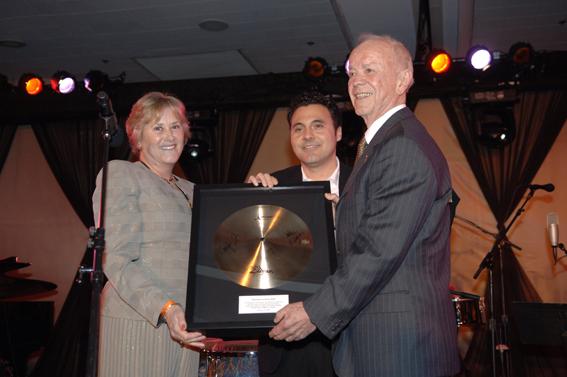 En janvier 2007, Remo Belli (à droite) avait organisé une superbe réception lors du Winter Namm Show pour célébrer les 50 ans de la marque. L'occasion de recevoir de nombreux présents de la part des plus grand fabricants, dont cet Award offert par Debbie Zildjian et John DeChristopher (cymbales Zildjian).