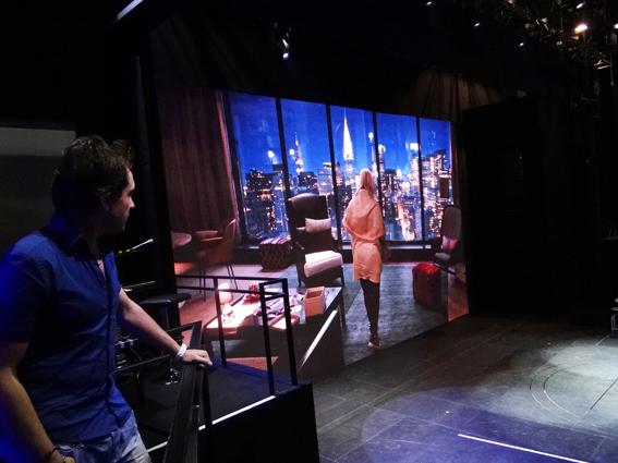 Lors du spectacle, l'écran vidéo géant affiche en alternance un court métrage et des éléments de décor