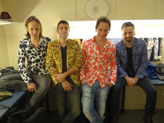 Grande braderie sur les chemises vintage dans les loges. De gauche à droite : Frédéric Scamps (guitares et claviers), Guillaume Juramie (basse), JB, Pierre Terrasse (guitares)