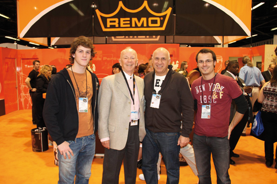 Remo Belli et Philippe Lalite entourés d'Octave (gauche) et Thierry Lalite (droite), posant devant le stand Remo lors d'un Namm Show à Los Angeles.