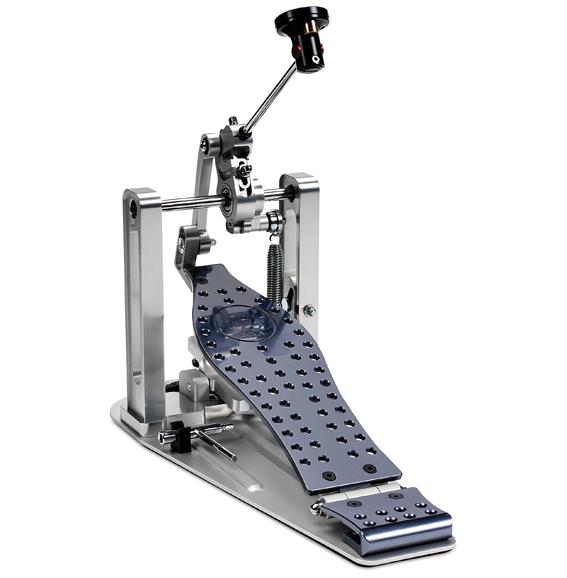 Tête de batte sur pivot, interchangeable et lestée par des petits poids, ressort réglable grâce à un tirant, effet compact poussé un maximum, usinage technologique… la MDD est tout simplement une Formule 1 !