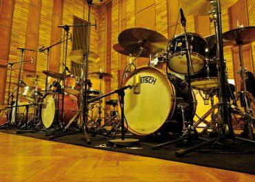 Les trois kits (Brooklyn, USA Custom, Broadkaster), sagement alignés, n'attendent plus qu'à être joués par l'excellent Dave Anania, batteur américain installé à Berlin depuis de longues années. © Marc Rouvé